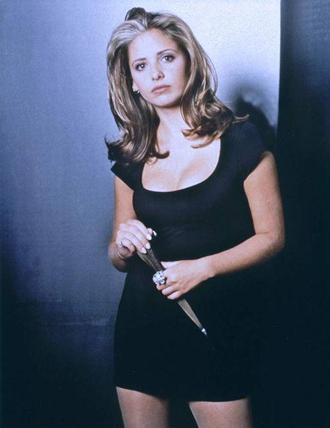 Sarah Michelle Gellar in Buffy the Vampire Slayer Joss Whedon, Halloween Outfits, Halloween Costumes, Seinfeld, Sarah Michelle Gellar Buffy, Buffy Summers, Fashion Tv, Buffy The Vampire Slayer, Grunge Hair
