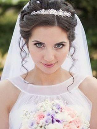 Hochzeitsfrisuren Mit Diadem Auf Unterschiedlich Langen Haaren Kurz Haar Frisuren Hochzeitsfrisuren Frisur Hochzeit Brautfrisur