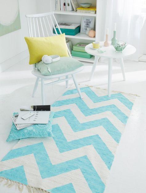 Heute verwandeln wir einen langweiligen weißen Teppich in einen modernen Hingucker. Dazu brauchen wir: Weißer Webteppich aus Baumwolle, 80 c...