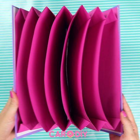 So könnt ihr diese coole Fächer-Mappe ganz leicht selber machen. Dieses bunte Organisations-DIY bringt Farbe und Ordnung auf euren Schreibtisch. So macht Ordnung halten gleich viel mehr Spaß! Alles was ihr zum Basteln braucht ist Pappe und Papier - los geht's!