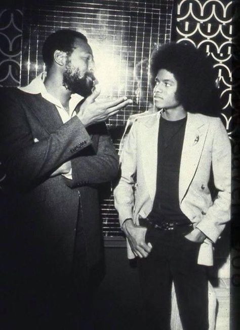 Young Michael Jackson getting some lecture from Marvin Gaye. //Marvin Gaye Died April 1984 Rest in Peace Marvin Gaye, The Jackson Five, Jackson Family, Soul Jazz, Soul Funk, Music Icon, Soul Music, Non Plus Ultra, Vintage Black Glamour