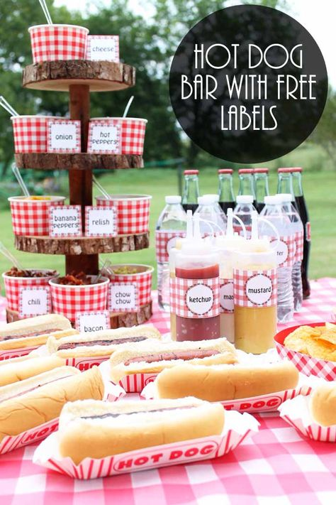 Party Food Ideas on a Budget: Hot Dog Bar Need some party food ideas on a budget? How about hosting a party with a hot dog bar? We have free BBQ party printables as well and advice on getting . Party Food On A Budget, Party Food Bars, Snacks Für Party, Bbq Food Ideas Party, Party Food Themes, Party Food Hot Dogs, Burger Bar Party, Soirée Bbq, Barbecue Party