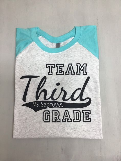 Looking for a team shirt to wear on Fridays, fields trips, or any other day of the year? This baseball style shirt is perfect for the whole team. #pippinandgracie #teachershirts #teacherbaseballshirts