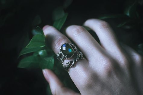 emerald rings, slytherin hands accessories aesthetic The Glass House Draco Malfoy Aesthetic, Harry Potter Aesthetic, Slytherin Aesthetic, Slytherin House, Slytherin Pride, Hogwarts Houses, Ravenclaw, Olgierd Von Everec, Chise Hatori