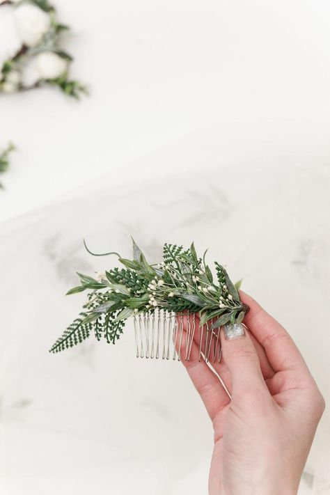 wedding hair babys breath This elegant hair comb for hair consists of neat Fern Leaves and Babys Breath Flowers. The lovely fall hairpiece can be easily worn in many positions around the head. Bridal Hair Vine, Hair Comb Wedding, Wedding Hair Pieces, Headpiece Wedding, Fern Wedding, Woodland Wedding, Forest Wedding, Boho Wedding, Flower Hair Pieces
