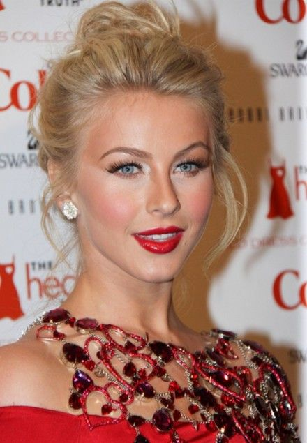 Julianne Hough's Hairstyle With Dazzling Updo