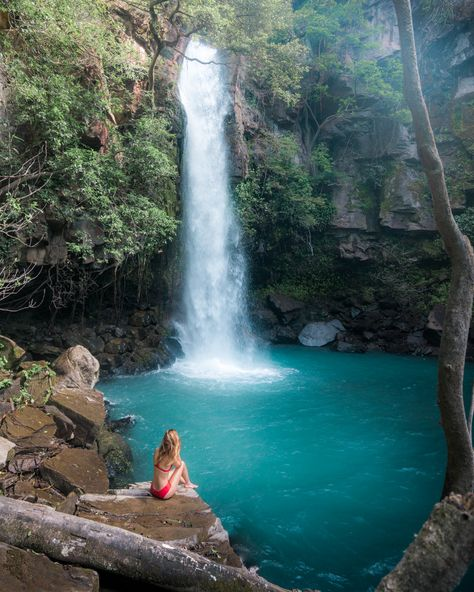 Costa Rica is the perfect vacation destination for any nature lover! This epic Costa Rica itinerary will have you exploring waterfalls by day, and relaxing in volcanic hot springs by night! Voyage Costa Rica, Costa Rica Travel, Tamarindo, Volcano National Park, National Parks, Costa Rica Waterfall, Jamaica, Living In Costa Rica, Costa Rica With Kids