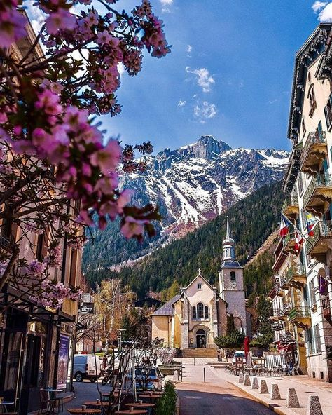 Springtime in the beautiful Alpine city of Chamonix. Places To Travel, Travel Destinations, Places To Go, Citation Nature, Chamonix Mont Blanc, Annecy France, France Travel, Travel Europe, Europe Europe