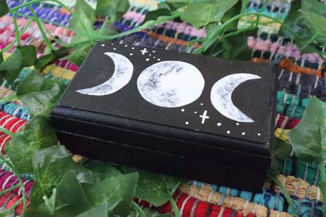 Painted Boxes, Painted Jewelry Boxes, Painting On Wood, Trippy Painting, Wooden Keepsake Box, Keepsake Boxes, Wooden Box Crafts, Jewelry Box Makeover, Bff Birthday Gift