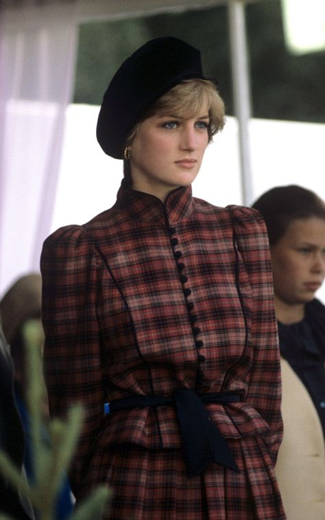 Prince Charles and Princess Diana at the Braemar Games, Scotland, Britain - Sep 1981 people Remembering Princess Diana's most iconic fashion moments, 22 years after her untimely death Princess Diana Jewelry, Princess Diana Fashion, Princess Diana Photos, Princess Diana Death, Princess Of Wales, Lady Diana Spencer, Spencer Family, Estilo Marilyn Monroe, Diana Haircut