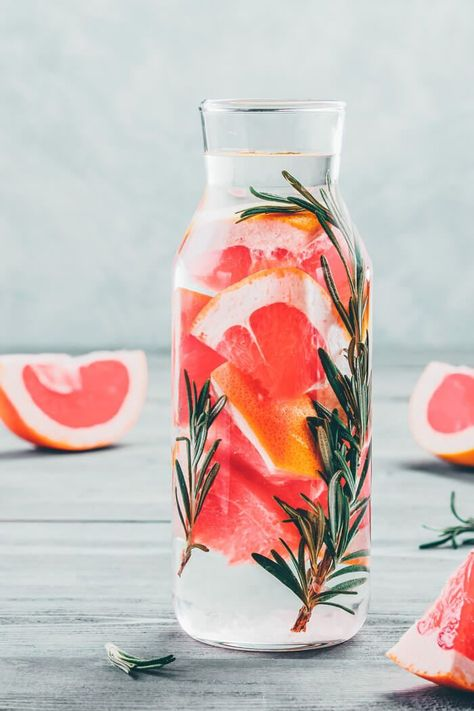 Lose wright with this Rosemary and grapefruit water detox recipe! So delicious and healthy! Detox Water for Weight Loss (Recipes + Benefits) - Avenly Lane Fitness by Claire Lane #avenlylanefitness #avenlylanerecipes #detox #detoxwater #healthydrinks