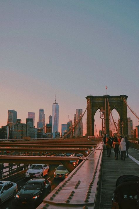Brooklyn Bridge bei Sonnenuntergang, New York. Brooklyn Bridge bei Sonnenuntergang, New York. Brooklyn Bridge, New York Bridge, Brooklyn City, Brooklyn New York, City Aesthetic, Travel Aesthetic, Building Aesthetic, Retro Aesthetic, Adventure Aesthetic