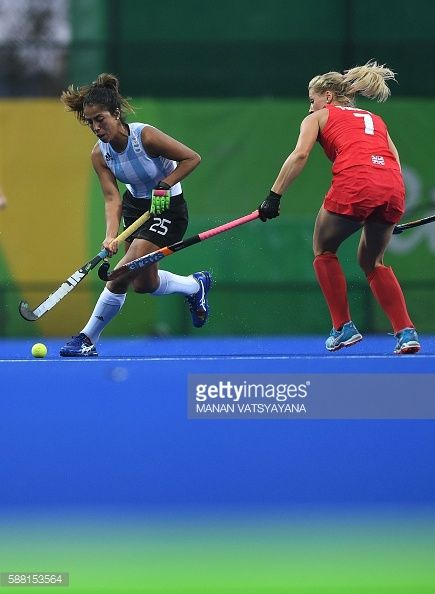 #RIO2016 Argentina's Gabriela Aguirre vies for the ball with Britain's Georgie Twigg during the women's field hockey Britain vs Argentina match of the Rio...
