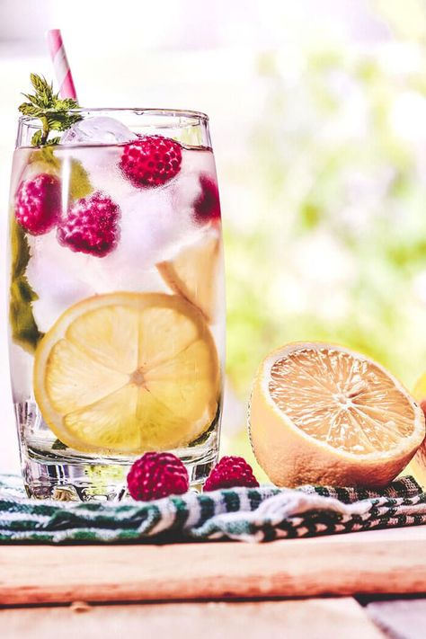 Lose weight with this Raspberry, lemon & mint water detox recipe! So delicious and healthy! Detox Water for Weight Loss (Recipes + Benefits) - Avenly Lane Fitness by Claire Lane #avenlylanefitness #avenlylanerecipes #detox #detoxwater #healthydrinks