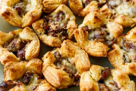 A few of my favorite things … grapes, rosemary, puff pastry, and Gruyere cheese! Put it all together for Grape Gruyere Puff Pastry Bites! #GrapeGruyerePuffPastryBites #puffpastry #gruyerecheese #reluctantentertainer