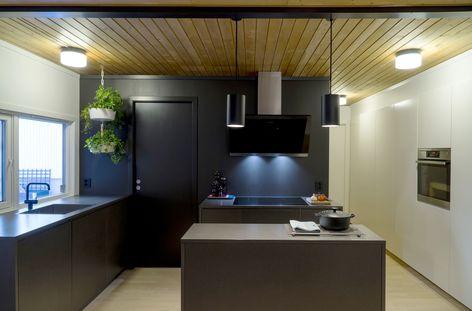 STUDIO10 fronter i grå valchromat under benk og hvitmalt mdf på - quelle küchen abwrackprämie