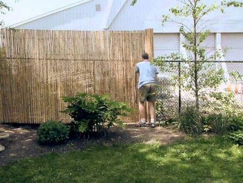 Gitterzaun mit Bambusmatte abschirmen