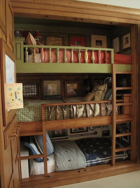 Bunk room, tiny house or RV. No credit provided by site from The Best Tiny House Interiors Plans We Could Actually Live In 25 Ideas Custom Bunk Beds, Triple Bunk Beds, Best Tiny House, Modern Tiny House, Bunk Rooms, Kids Bunk Beds, Loft Beds, Tiny House Living, Rv Living