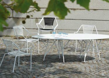 Set De 2 Fauteuils De Jardin En Acier Et Polyester Blanc Ou Noir Knit Knot Par Jankurtz Mobilier Design Canape Jardin Mobilier Jardin