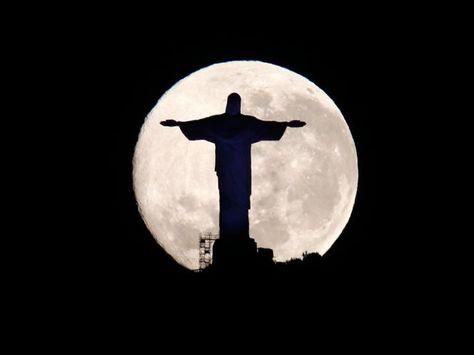 Cristo Redentor ao fundo a Super Lua