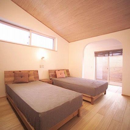寝室は高い天井より低い天井の方が落ち着くと言われますが 高い天井の