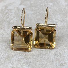 Square citrine drops in 18k gold. #citrine #gemstoneearrings #goldearrings #dropearrings #elegantjewelry #elegantstyle #emilyclairejewelry