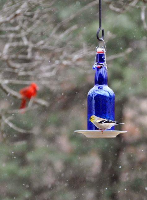 Si en tu casa sueles tener muchas botellas de vinos y quieres saber qué hacer con ellas ¡estás en el lugar indicado!Aquí podrás observar 17 ideas para reciclar tus botellas de vino, seguro las amarás.¡Anímate y ponlas en uso en tu casa!17. Decoración para el jardín16. Araña de botellas15. Maceta14. Floreros1