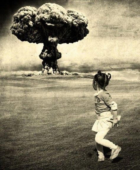 Chilling image of the Cold War. Chilling image of the Cold War. War Photography, Vintage Photography, Theme Tattoo, Bomba Nuclear, Mushroom Cloud, Nuclear Bomb, Nuclear War, Powerful Pictures, Cold War