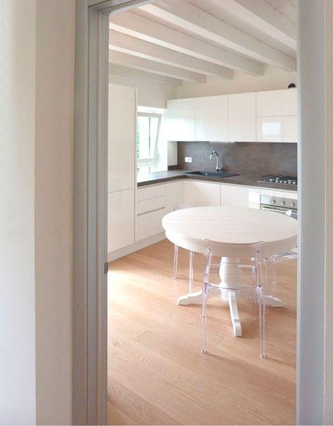 Nuova realizzazione: cucina Febal con gola laccata lucida bianca e tavolo legno Scandola.