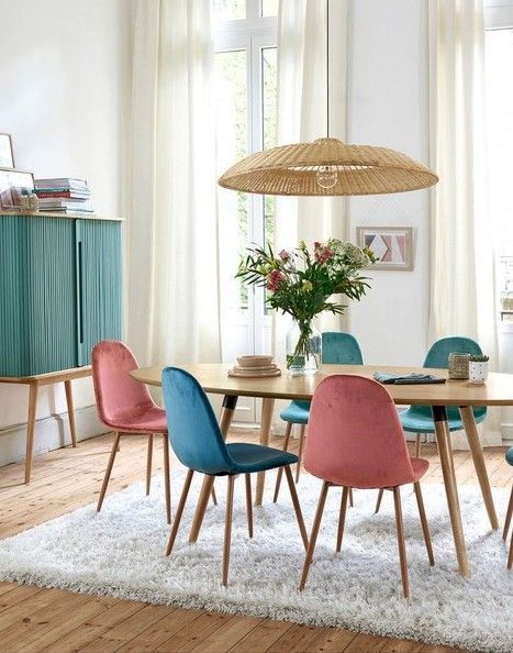 Joli Salon Design Avec Table Scandinave Minimaliste En Bois Clair Lustre Suspension Rotin Osier Interior Design Dining Room Colored Dining Chairs Interior Deco