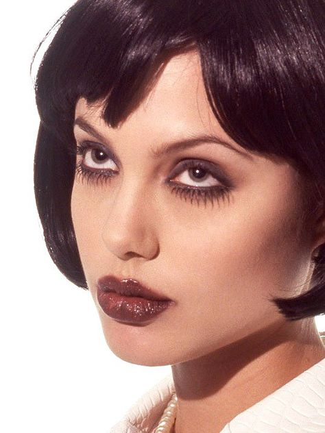 Angelina Jolie photographed by Marcel Indik, 1995 90s Makeup, Edgy Makeup, Grunge Makeup, Grunge Hair, Makeup Inspo, Makeup Art, Makeup Inspiration, Beauty Makeup, Hair Makeup