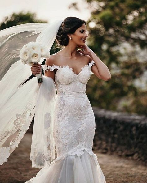 #GLBride Arielle Moses looks ethereal in our Galia Lahav #Tony couture wedding gown made of exquisite chantilly lace and looks beautiful teamed with white flowers and a bridal veil.    Image: @juliecharlettphotography