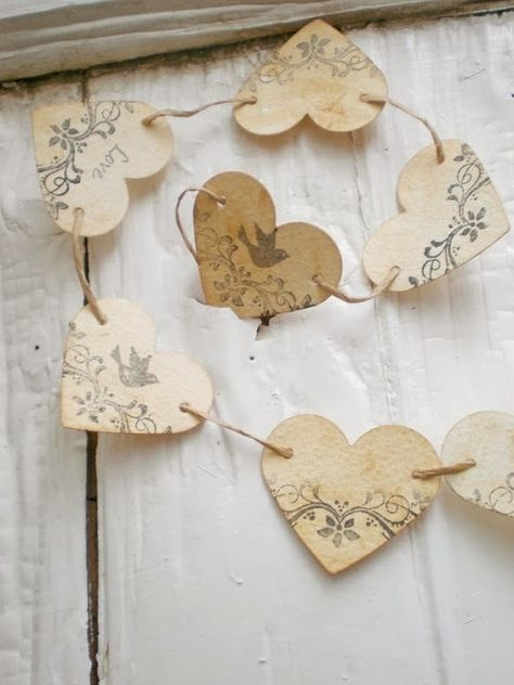 Heart garland - Use red printed paper for Valentines day Valentine Crafts, Be My Valentine, Christmas Crafts, Walmart Valentines, Valentine Decorations, Paper Heart Garland, Bunting Garland, Buntings, Paper Bunting