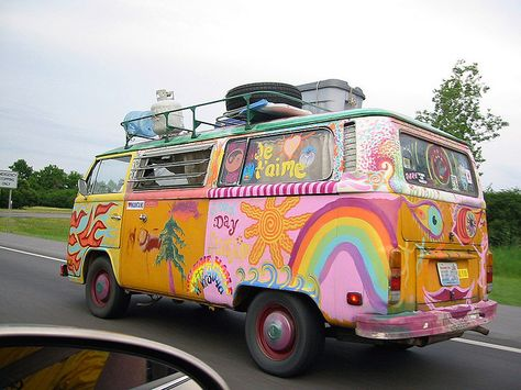 Are you ever heard for Woodstock or hippies? If your answer is positive you know how looks iconic the Volkswagen hippie kombi Type Combi Hippie, Van Hippie, Hippie Life, Hippie Things, Happy Hippie, Volkswagen Bus, Vw T1, Volkswagen Beetles, My Dream Car