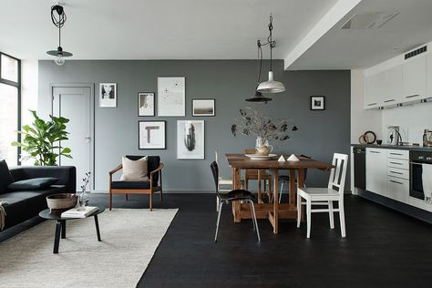 Black floors, grey walls and lots of art pieces - via - küche im wohnzimmer