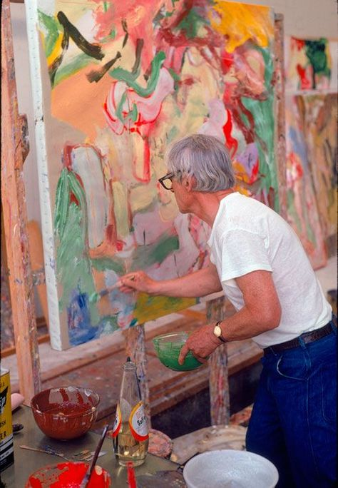 Willem de Kooning - Abstract Expressionism - In his studio, with a bottle of safflower oil and bowls of paint on his worktable, Photo Dan Budnik. Willem De Kooning, Expressionist Artists, Abstract Expressionism, Abstract Art, Abstract Painters, Action Painting, Painting & Drawing, Artist Art, Artist At Work