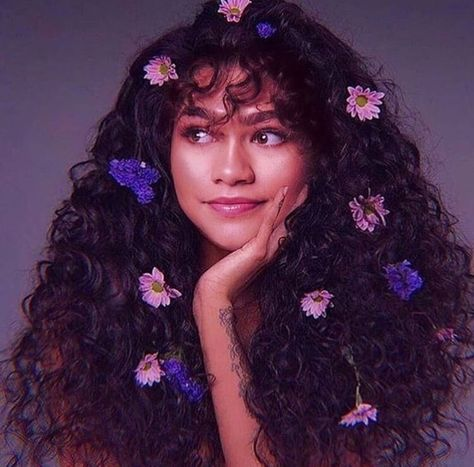 Definitely how Zendaya would look if she were a teen in the Art b Moda Zendaya, Pretty People, Beautiful People, Kreative Portraits, Curly Hair Styles, Natural Hair Styles, Long Curly Hair, Zendaya Style, Photoshoot Themes