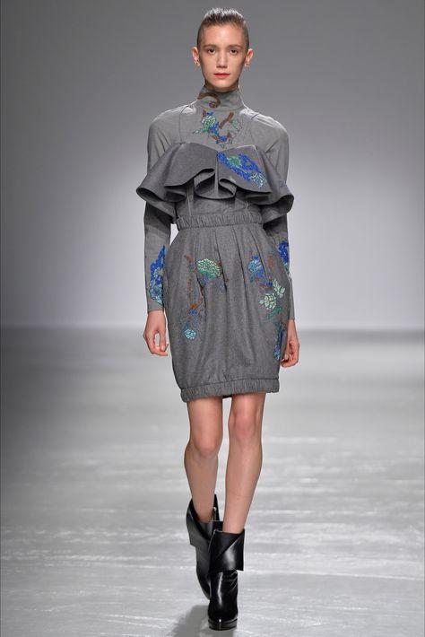 Guarda la sfilata di moda Guy Laroche a Parigi e scopri la collezione di abiti e…