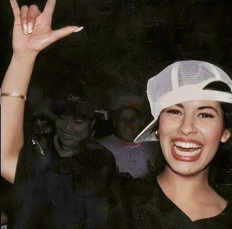 My humble haven to honor Selena's lasting presence and beautiful life. I simply dedicate lots of time to collecting/enhancing a fat heap of pics for the sake of distributing pure Selena lovin'. You Smile, Selena Quintanilla Perez, Jenni Rivera, Daddy Yankee, Selena Museum, Lady Gaga Makeup, Vintage Makeup Looks, Divas, Selena And Chris