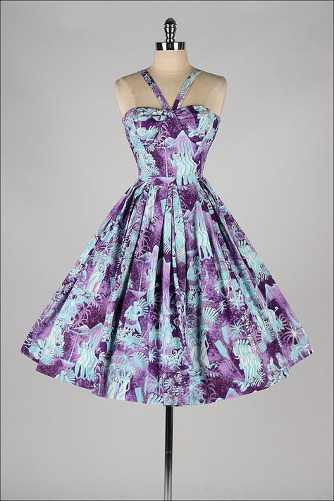 This could be made using a sewaholic Lonsdale bodice pattern with a circle skirt!??? Lovely 50s dress.