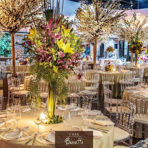 Os toques de transparência das cadeiras, sousplat e vasos trouxeram a modernidade e a sensação de amplitude para um casamento cheio de imaginação e que ousou na escolha da paleta de cores dos arranjos florais! #CasaBisutti #Casamento #ProjetoStudioBisutti #EspaçoparaEventos #EspaçoparaCasamentos #Casamento #Wedding #WeddingDecoration #DecoraçãodeEventos #EventosSociais #Inspirações