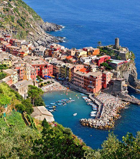 Lenyűgöző képek: Vernazza Cinque Terre, vagyis Öt Föld az olasz tengerpart egy egyenetlen, ám annál varázsosabb szakasza Liguria tartományban. Területéhez öt festői falu tartozik, mely sziklákra épített, színes házairól híres. Ilyen Vernazza is, melyről, ha a magasból megpillantja, az utazó könnyen gondolhatja úgy: ez az a hely, ahol érdemes élni.