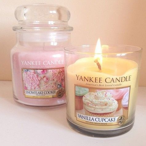 Excellent Photographs cute Candles Strategies As with all candles, the first burn is the most important. To begin, candles should burn one hour fo Yankee Candles, Bougie Yankee Candle, Scented Candles, Soy Candles, Homemade Candles, Vanille Cupcakes, Cute Candles, Snowflake Cookies, Pink Christmas
