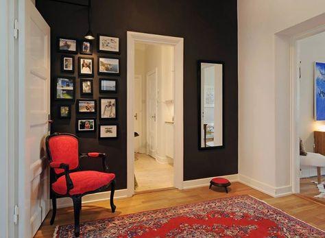 Si estás de antojo de pintar un muro de negro lo puedes experimentar en el hall con excelentes contrastes