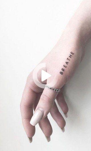 Ɖ‹æŒã¡ã®ãƒŸãƒ‹ãƒžãƒªã'¹ãƒˆã®å˜èªžã'¿ãƒˆã'¥ãƒ¼ Tatouage Discret Tattoo Breathe Aufeminin Small Hand Tattoos Small Tattoos Simple Tattoos For Women Small