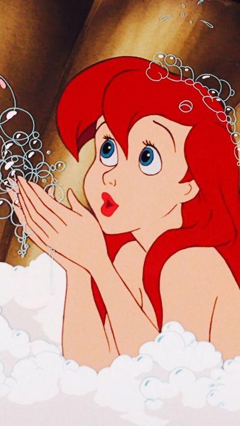 Ariel é uma sereia princesa de dezesseis anos de idade insatisfeita com a vida no fundo do mar e curiosa sobre o mundo na terra. Ela se apaixona por um príncipe humano e faz um acordo com a bruxa do mar para transformar-se em humana. #PequenaSereia #ariel #Disney #LittleMermaid #disney #disneyart #disneyland #disneydesignercollection #disneypremiereseries #Mermaid #sereia