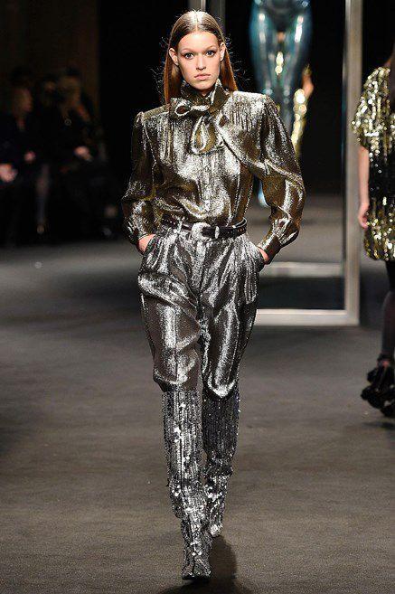 45a0f51268 Glitter mania! La moda del prossimo Autunno Inverno 2018 2019 è in ...