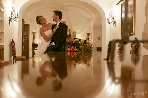 Fotografía de un momento romántico de la pareja de recién casados. Una boda para toda la vida.
