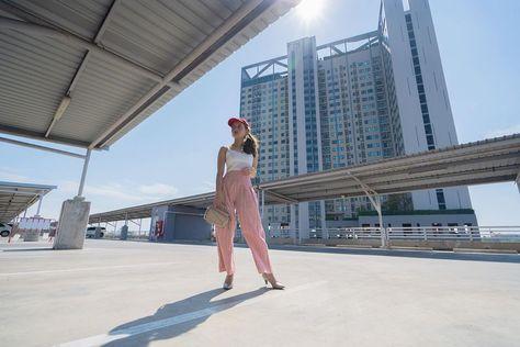 เขินอ่ะ โดนแดดส่อง ☀️🌈 #ทำไมเหมือนกันจัง #แต่ดีกว่า. . 📍Bag: @missfinbag . . . #fancieamazingthailand #ootd #ootdfashion #fashion #fashionblogger #outfitinspiration #outfits #travel #travelphotography #travelgram #travelblogger #centralrayong #gold #dresses #lovemylife #smile #unique #portraitphotography #portrait #sony #wednesday #wednesdaywisdom #travelyoutuber