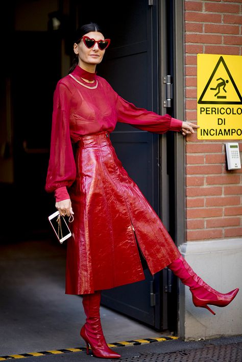 Milan Fashion Week Spring 2018 Photos of the .- Semaine de la mode de Milan Printemps 2018 Photos des participants Milan Fashion Week Spring 2018 Participant photos Set all red, leather skirt, leath